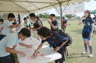 石垣島ライド2014の受け付けに訪れた参加者ら=25日午後、舟蔵児童公園