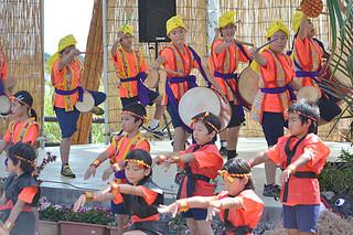 にぎやかにエイサーを繰り広げ祭を盛り上げた小浜小学校の児童たち
