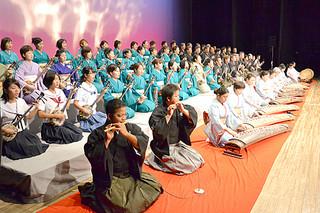 合格者70人が挑んだ第40回八重山古典民謡コンクール発表会=25日夕、市民会館大ホール