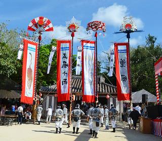 99年ぶりに復元した「みょうら旗頭」を奉納した字石垣の結願祭(右から二つ目)=26日午前、宮鳥御嶽