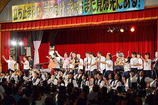 BEGINやきいやま商店など出演者が校歌を熱唱した石垣第二中学校創立50周年ライブコンサート=26日夕、同校体育館