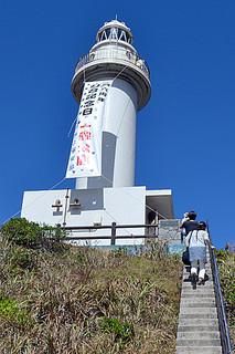 御神埼灯台が一般に公開され、市民350人が訪れた=1日午前