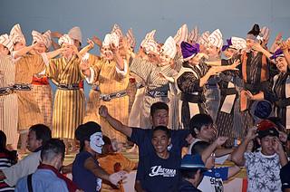 祭り初日のフィナーレは、郷土芸能の夕べで大盛り上がり=1日午後、新栄公園