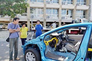 HV車やEV車の構造について学んだエコ・カー市民フェスティバル=5日午前、市役所第2駐車場