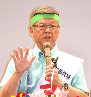 総決起集会で支持を呼びかける翁長雄志氏=5日夜、市民会館中ホール