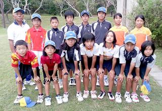 第19回九州小学生ソフトテニス選手権大会沖縄県予選大会で8位以内に入り、本大会行きを決めた石垣ボレーズの選手ら=1日、県総合運動公園レクドーム(石垣ボレーズ提供)