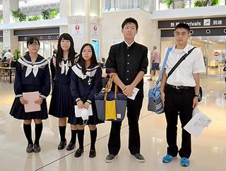 県外国公立大学への派遣に向けて出発した八重高の2年生=6日夕、南ぬ島石垣空港