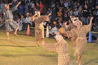 第13回クイチャーフェスティバルで、クイチャーを踊る八重山在宮古郷友会の人たち=2日、カママ嶺公園多目的広場=宮古毎日新聞社提供