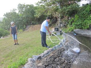 農業用水の確保に向けて大富集落内のわき水に設置されたポンプ=提供・町農林水産課