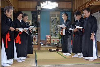 「神踊り」を詠唱する神司の皆さん。右手奥が新神司に就任した平良竹子さん=7日午後、宮里倹治さん宅