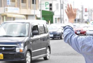 選挙戦の終盤に向け、手を振りながら支持を訴える選対の運動員=9日、西原町内
