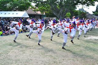 リズムに合わせて勇壮な「ンマヌシャ(馬乗者)」を奉納した庭の芸能=15日午前、竹富島・世持御嶽