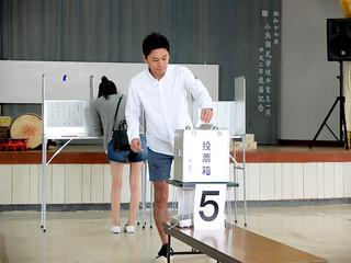 繰り上げ投票を行う竹富町の有権者=15日午前、小浜公民館