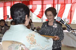 歴代会長に感謝状が贈られた新川婦人会の創立85周年記念式典=16日午後、新川公民館