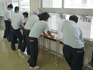 模擬選挙で投票用紙に候補者を書く生徒たち=10月23日、八重山農林高校(八重山青年会議所提供)