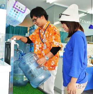 夜間断水が始まるのを前に注文が伸びている水専門店=19日午前、おみずやさん新川店