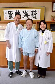 人工膝関節の手術を受けた砂川健次さん(中)=19日午後、八重山病院応接室