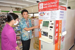先島地域で初めて設置された外貨両替機=20日午後、ファミリーマート石垣730記念碑前店