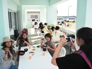 多くの観光客や地域住民が訪れた「くば丸市」=20日、海業支援施設(町農林水産課提供)