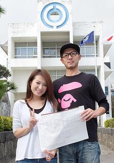 リゾートウエディングで来島した軍場隼人さんと吉田珠未さん。石垣市で婚姻届を出した=22日午後、石垣市役所