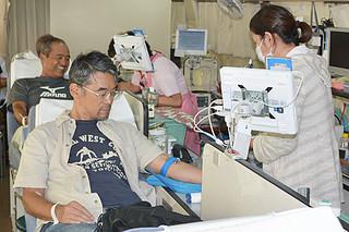 献血者1000人を突破した本年度の第2回移動献血=22日午後、マックスバリュやいま店駐車場