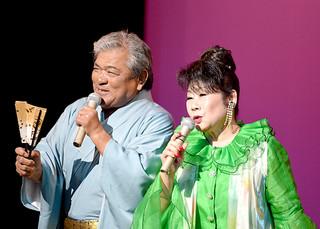 「浪花恋しぐれ」をデュエットする米蔵一正さん(左)と嶺陽子さん=24日夜、那覇市