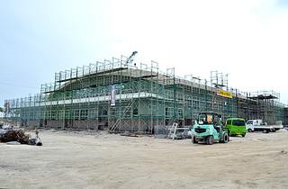 来年1月末に完成予定の6号上屋=26日午後、新港地区