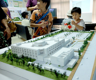 新県立八重山病院のイメージ模型(色はまだ決まっていない)=29日午前、八重山病院内