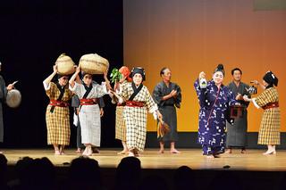 伝統的な「家造りジラバ」を披露した黒島老人クラブの会員ら=11月30日午後、市民会館大ホール