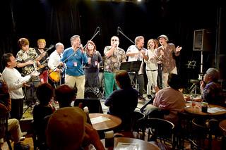 八重山のミュージシャンらが集いにぎやかに開かれた「第12回八重山大ぶがりのぅしライブ」=11月23日夜、東京都港区