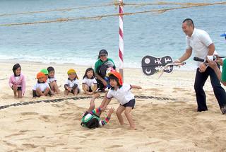金刀比羅祭で相撲を奉納する子どもたち=1日、与那国島久部良のナーマ浜