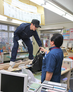 真喜良郵便局と八重山署が実施した強盗対策模擬訓練=3日夕、同郵便局