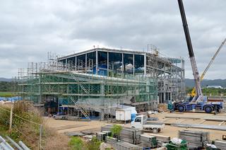 外観が出来上がってきた西表製糖工場。12月中に工事が完成する予定だった。=2日午後、西表糖業