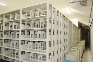16日に完成する予定の市立図書館4階の収蔵庫。可動式の書庫も設置されている=4日午後、同館