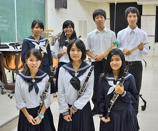 11年ぶりの石垣島開催となる第39回県吹奏楽アンサンブルコンテストに出場する八重山高校吹奏楽部の部員たち=5日夕、同校視聴覚室