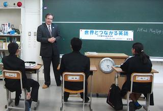 英語や総領事の仕事について講話した在沖縄米国総領事館のアルフレッド・マグルビー総領事(中央)=4日、久部良中学校