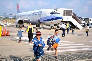 中華航空で台北から到着した乗客=10月29日、南ぬ島石垣空港。台北路線は6日から運休に入った