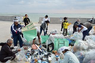 軽トラック8台分のごみを回収した白保地区の海岸清掃=7日午前、白保船着場