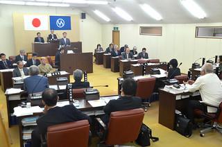 一般会計補正予算などを審議した12月定例竹富町議会本会議=8日午前、議場