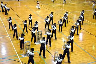 ドレスリハーサルで一糸乱れぬ演技を披露する石垣第二中学校吹奏楽・マーチングバンド部の部員ら=9日夕、同校体育館