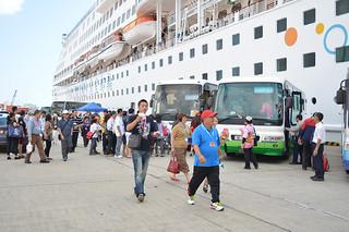 スタークルーズ社のアクエリアス号で来島した外国人観光客ら=石垣港、10月31日