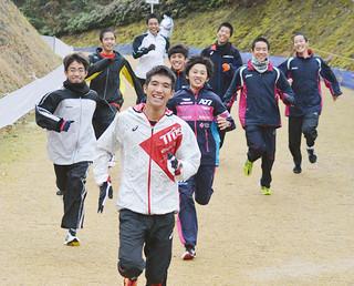 笑顔をみせながらリラックスした表情でコースの下見を行う大浜中学校駅伝チームの選手たち=11日午後、山口県セミナーパーク・クロスカントリーコース