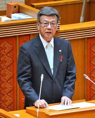 県議会12月定例会で所信を表明する翁長雄志知事=12日午前、県議会