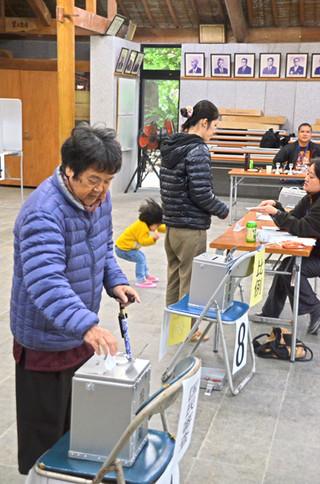 繰り上げ投票で一足早く投票する竹富町の有権者ら=13日午前、竹富まちなみ館