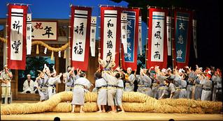 にぎやかに、観客を楽しませた「アヒャー綱」=14日午後、国立劇場おきなわ大劇場