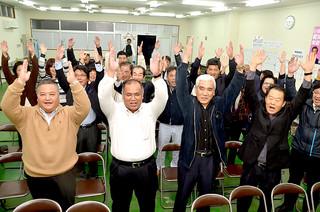 西銘氏の比例区での復活当選を喜ぶ支持者ら=14日午後10時50分すぎ、同事務所