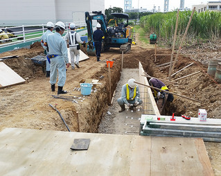 歩道を設置する工事現場で、土留めがされているかなどをチェックした安全指導員ら=15日午前、市内大浜