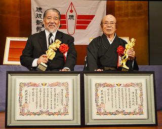 宮良長包音楽賞を受賞した津波恒徳さん(右)と同特別賞の徳山義広さん=17日夜、琉球新報ホール