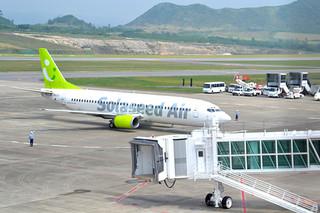 昨年3月に宮崎からのチャーター便で南ぬ島石垣空港に就航したソラシドエア機=2013年3月19日午前