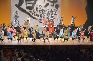 迫真の演技で観客を魅了した子ども演劇「現代版組踊 オヤケアカハチ~太陽の乱~」公演=21日午後、市民会館大ホール
